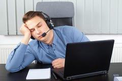 Κουρασμένος νέος επιχειρηματίας στο γραφείο Στοκ Φωτογραφία