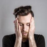 Κουρασμένος νυσταλέος νεαρός άνδρας που απομονώνεται στο γκρίζο υπόβαθρο Στοκ φωτογραφία με δικαίωμα ελεύθερης χρήσης