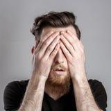 Κουρασμένος νυσταλέος νεαρός άνδρας που απομονώνεται στο γκρίζο υπόβαθρο Στοκ Εικόνα
