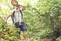 Κουρασμένος παλαιός αρσενικός σκουπίζοντας ιδρώτας τουριστών στο μέτωπό του στοκ εικόνες