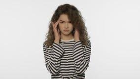 Κουρασμένος πονοκέφαλος γυναικών στο άσπρο υπόβαθρο Πορτρέτο της γυναίκας σχετικά με το κεφάλι απόθεμα βίντεο