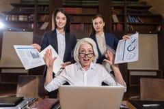Κουρασμένος προϊστάμενος και η θηλυκή τοποθέτηση συναδέλφων της στην αρχή Στοκ φωτογραφία με δικαίωμα ελεύθερης χρήσης