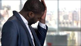 Κουρασμένος σκοτεινός-ξεφλουδισμένος επιχειρηματίας που έχει την ημικρανία φιλμ μικρού μήκους