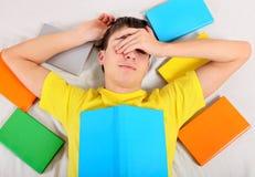 Κουρασμένος σπουδαστής με βιβλία Στοκ Φωτογραφία