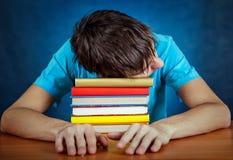 Κουρασμένος σπουδαστής με βιβλία Στοκ φωτογραφίες με δικαίωμα ελεύθερης χρήσης