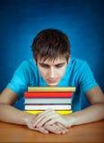 Κουρασμένος σπουδαστής με βιβλία Στοκ Φωτογραφίες