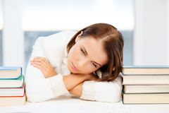 Κουρασμένος σπουδαστής με τα βιβλία και τις σημειώσεις στοκ φωτογραφία με δικαίωμα ελεύθερης χρήσης