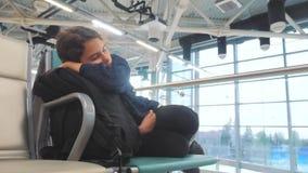Κουρασμένος ταξιδιωτικός ύπνος εφήβων κοριτσιών στον αερολιμένα που περιμένει τον τρόπο ζωής πάγκων πυλών αναχώρησης αεροπλάνων μ απόθεμα βίντεο