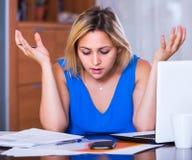 Κουρασμένος υπάλληλος γυναικών που κάνει τη γραφική εργασία Στοκ φωτογραφίες με δικαίωμα ελεύθερης χρήσης