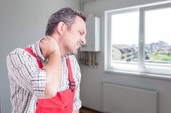 Κουρασμένος υδραυλικός με τον πόνο λαιμών Στοκ εικόνα με δικαίωμα ελεύθερης χρήσης