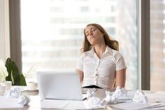 Κουρασμένος ύπνος επιχειρηματιών στην καρέκλα στο γραφείο Στοκ Εικόνες