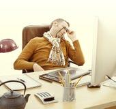 Κουρασμένος ύπνος επιχειρηματιών στο γραφείο του, καταπονημένο από να εργαστεί αργά Στοκ εικόνες με δικαίωμα ελεύθερης χρήσης