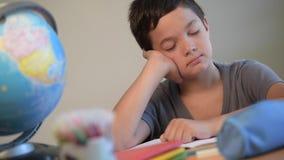 Κουρασμένος ύπνος μετακίνησης με μπουλντόζα εκπαίδευσης σπουδαστών παιδιών σχολείο απόθεμα βίντεο