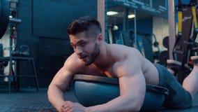 Κουρασμένος bodybuilder μετά από την άσκηση φιλμ μικρού μήκους