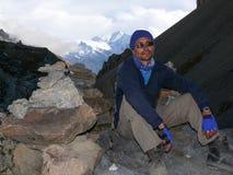 Κουρασμένο άτομο και άποψη Annapurna στο υψηλό στρατόπεδο Thorong, Νεπάλ Στοκ Εικόνες