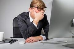 Κουρασμένο άτομο που κρατά το μέτωπό του στοκ εικόνες με δικαίωμα ελεύθερης χρήσης