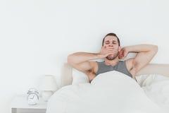 Κουρασμένο άτομο που χασμουριέται ξυπνώντας Στοκ Φωτογραφίες