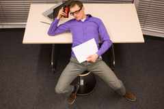 Κουρασμένο άτομο στο γραφείο του Στοκ Εικόνες
