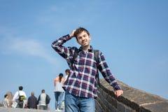 Κουρασμένο άτομο στο Σινικό Τείχος της Κίνας στοκ φωτογραφία με δικαίωμα ελεύθερης χρήσης