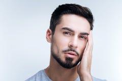 Κουρασμένο άτομο σχετικά με το κεφάλι του ενώ έχοντας έναν πονοκέφαλο Στοκ φωτογραφία με δικαίωμα ελεύθερης χρήσης