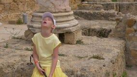 Κουρασμένο κορίτσι εφήβων στην εξόρμηση τουριστών ενώ ταξίδι σε Καρθαγένη στην Τυνησία απόθεμα βίντεο