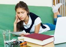 Κουρασμένο κορίτσι πίσω από το lap-top της Στοκ εικόνες με δικαίωμα ελεύθερης χρήσης
