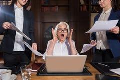 Κουρασμένο κύριο να φωνάξει σε ένα γραφείο Στοκ εικόνες με δικαίωμα ελεύθερης χρήσης
