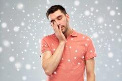 Κουρασμένο νυσταλέο άτομο πέρα από το χιόνι Στοκ φωτογραφία με δικαίωμα ελεύθερης χρήσης