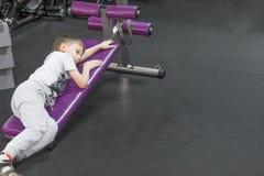 Κουρασμένο τρυπημένο μικρό παιδί στη γυμναστική Στοκ εικόνες με δικαίωμα ελεύθερης χρήσης