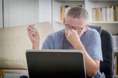 Κουρασμένο freelancer άτομο που τρίβει το μάτι του Στοκ Φωτογραφία