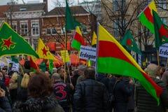 Κουρδική συνάθροιση διαμαρτυρίας έξω από το ολλανδικό Κοινοβούλιο που καταδεικνύει ενάντια στον τουρκικό Πρόεδρο Ταγίπ Ερντογάν τ Στοκ Εικόνα