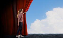 Κουρτίνα ανοίγματος κοριτσιών Στοκ Εικόνες