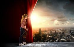 Κουρτίνα ανοίγματος κοριτσιών Στοκ Φωτογραφίες