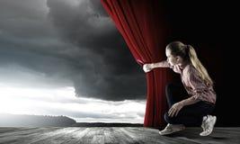 Κουρτίνα ανοίγματος κοριτσιών Στοκ φωτογραφίες με δικαίωμα ελεύθερης χρήσης