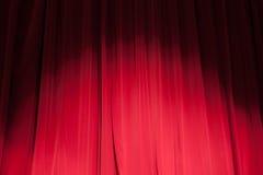 Κουρτίνα από το θέατρο με ένα επίκεντρο στοκ εικόνες