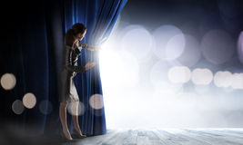 κουρτίνα που ανοίγουν Στοκ εικόνα με δικαίωμα ελεύθερης χρήσης