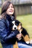 κουτάβι κοριτσιών Στοκ φωτογραφία με δικαίωμα ελεύθερης χρήσης