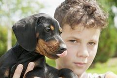Κουτάβι Dachshund με το παιδί Στοκ εικόνα με δικαίωμα ελεύθερης χρήσης