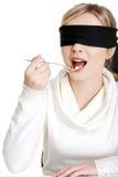 Κουτάλι εκμετάλλευσης γυναικών Blindfold με το σωρό των χαπιών Στοκ Εικόνα