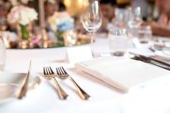 Κουτάλι και δίκρανο στο γεύμα επιτραπέζιου γάμου στοκ εικόνα με δικαίωμα ελεύθερης χρήσης