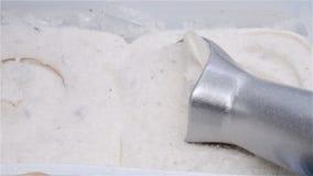 Κουτάλι που παίρνει το κάστανο και το κόκκινο παγωτό φασολιών φιλμ μικρού μήκους