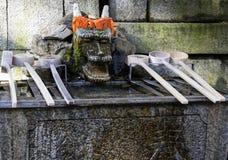 Κουτάλες πηγών καθαρισμού Chozuya Παραδοσιακή ιαπωνική λεκάνη πλυσίματος Shinto για τους τελετουργικούς προσκυνητές cleaningof Στοκ Φωτογραφία