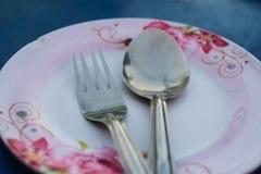 Κουτάλι και δίκρανο στο πιάτο Στοκ Εικόνες