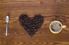Κουτάλι και φλυτζάνι φασολιών καφέ Στοκ φωτογραφία με δικαίωμα ελεύθερης χρήσης