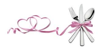 Κουτάλι μαχαιριών δικράνων με το ρόδινο βαλεντίνο στοιχείων καρδιών κορδελλών isolat Στοκ Φωτογραφία