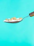 Κουτάλι με τα χάπια στο μπλε Στοκ Εικόνες
