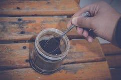 Κουτάλι τσαγιού εκμετάλλευσης χεριών Στοκ Εικόνες