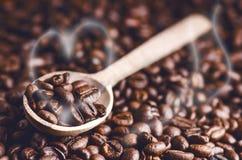 Κουτάλι των φασολιών καφέ Υπόβαθρο Ενέργεια καφές φασολιών ακατέργασ Κοκκιώδες προϊόν ποτό ζεστό κλείστε επάνω συγκομιδή Φυσική α Στοκ Εικόνα