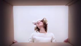 Κουτί από χαρτόνι ανοίγματος γυναικών απόθεμα βίντεο