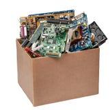 Κουτί από χαρτόνι με τις λεπτομέρειες υπολογιστών στοκ εικόνα